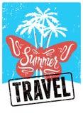Typografisches Retro- Schmutzdesign Sommer-Reiseplakat Auch im corel abgehobenen Betrag Stockfotos