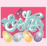 Typografisk bakgrund för lycklig påsk för designhälsningkort, färgägg med blommamodellen och bokstäver på rosa färgerna Royaltyfri Fotografi