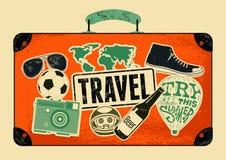 Typografisk retro grungeloppaffisch Gammal resväska för tappningdesign med etiketter också vektor för coreldrawillustration Royaltyfria Bilder
