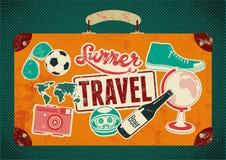 Typografisk retro grungeloppaffisch Gammal resväska för tappningdesign med etiketter också vektor för coreldrawillustration Royaltyfri Bild