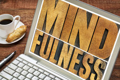 Typographie de mot de Mindfulness sur l'ordinateur portable photos libres de droits