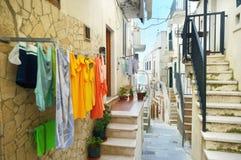 Typowa średniowieczna wąska ulica w pięknym miasteczku Vieste obrazy stock