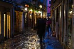 Typowa aleja w Wenecja przy nocą Obraz Stock