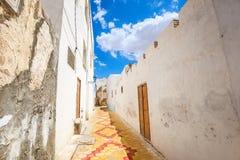 Typowa aleja z starymi domami w Medina Kairouan Tunezja, Nie Obraz Stock