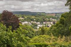 Typowa Angielska wioska z granitowym wiaduktem fotografia royalty free