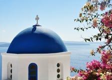 Typowa błękitna kopuła w Cyclades wyspach Tutaj jesteśmy przy Oia w Santorini obraz royalty free