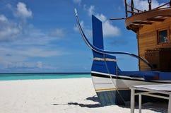 Typowa drewniana łódź na plaży, Maldives obraz stock
