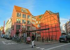 Typowa Duńska kapitałowa ulica z starej architektury kolorowymi domami, Kopenhaga, Dani obrazy royalty free