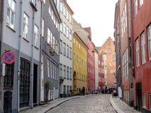 Typowa Duńska kapitałowa ulica z starej architektury kolorowymi domami, Kopenhaga, Dani zdjęcie royalty free