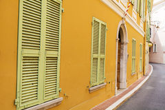 Typowa główna ulica w starym miasteczku w Monaco w słonecznym dniu Obrazy Stock