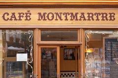Typowa kawiarnia w Montmartre, Paryż Zdjęcia Royalty Free
