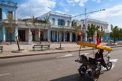 Typowa kolonialna ulica w Cienfuegos, Kuba Obraz Royalty Free
