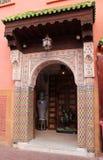 Typowa Marokańska architektura - ornamentacyjny wejście budynek w starym mieście Marrakesh obrazy royalty free
