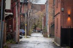 Typowa północnoamerykańska środkowego dochodu mieszkaniowa ulica w jesieni w Montreal, Quebec obrazy stock