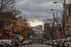 Typowa północnoamerykańska mieszkaniowa ulica w jesieni w Le Plateau, Montreal, Quebec obrazy stock