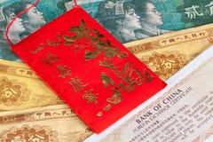Typowa Porcelanowa czerwona koperta i różni banknoty Fotografia Royalty Free