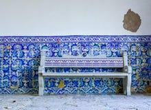 Typowa stara portugese błękitna i biała płytki ściany dekoracja z dachówkową ławką Zdjęcie Stock
