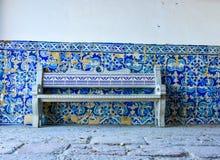 Typowa stara portugese błękitna i biała płytki ściany dekoracja z dachówkową ławką Zdjęcia Royalty Free
