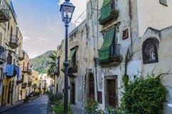 Typowa ulica sąsiedztwo w wyspie lipari fotografia stock