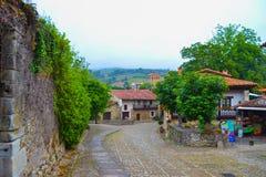 Typowa ulica Santillana Del Mącący, Cantabria, Hiszpania Zdjęcia Royalty Free