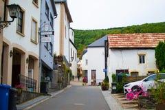 Typowa ulica w starym miasteczku pewny, w Luksemburg, Europa, z kolorowymi domami obraz royalty free