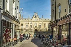 Typowa uliczna scena w starej części Cambridge obrazy royalty free