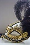 Typowa Wenecka karnawał maska, złoto z czernią, odbija w lustrze Zdjęcia Stock
