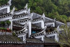 Typowe Miao dekoracje na dachach Starzy domy w Fenghuang antycznym miasteczku, Chiny zdjęcie stock