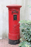 Typowego czerwonego brytyjskiego postbox odosobniona ulica Zdjęcie Royalty Free