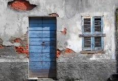 Typowego rocznika drewniany drzwi i okno Zdjęcia Royalty Free