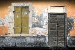 Typowego rocznika drewniany drzwi i okno Fotografia Royalty Free