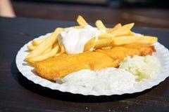 Typowej niemiec Friesland Pollack głęboka smażąca ryba w piwnym cieście naleśnikowym z Francuskimi dłoniakami, majonezem, kumberl obraz royalty free