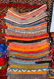 Typowi colourful Marokańscy Berber dywany w Medina fez, Maroko zdjęcie stock