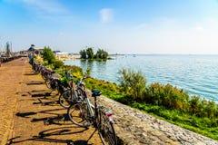 Typowi holenderów rowery parkujący przy deptakiem wzdłuż śródlądowego morza wymieniali IJselmeer Obrazy Stock