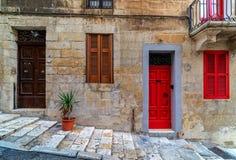 Typowi kolorowi drzwi Valletta zdjęcia royalty free