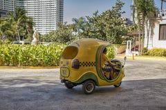 Typowi Kubańscy motocykli/lów taxi znają jako Coco taxi zdjęcie stock