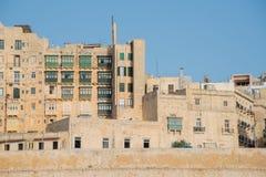 Typowi Maltańscy budynki z żółtą fasadą fotografia royalty free