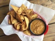 Typowi Meksykańscy przekąsek foods kukurudzy tortilla układy scaleni i salsa w plastikowym koszu wykładali z papierem na nieocios Obraz Stock