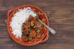 Typowi portuguese rozdają feijoada z ryż w ceramicznym pucharze fotografia royalty free