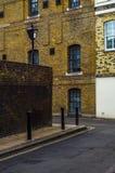 Typowi starzy Angielscy budynki, niscy ceglani domy Zdjęcie Royalty Free