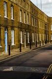 Typowi starzy Angielscy budynki, niscy ceglani domy Zdjęcia Royalty Free