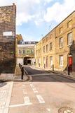 Typowi starzy Angielscy budynki, niscy ceglani domy przez narr Zdjęcia Royalty Free