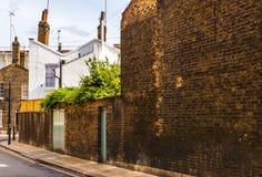 Typowi starzy Angielscy budynki, niscy ceglani domy przez narr Obrazy Royalty Free