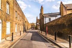 Typowi starzy Angielscy budynki, niscy ceglani domy przez narr Zdjęcie Stock