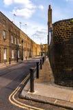 Typowi starzy Angielscy budynki, niscy ceglani domy przez narr Zdjęcie Royalty Free