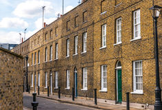 Typowi starzy Angielscy budynki, niscy ceglani domy przez narr Zdjęcia Stock