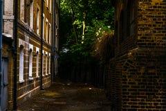 Typowi starzy Angielscy budynki, niscy ceglani domy przez narr Obraz Royalty Free