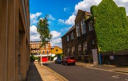 Typowi starzy Angielscy budynki, niscy ceglani domy przez narr Fotografia Stock