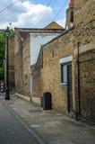 Typowi starzy Angielscy budynki, niscy ceglani domy przez narr Obrazy Stock