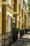 Typowi starzy Angielscy budynki, niscy ceglani domy przez narr Fotografia Royalty Free